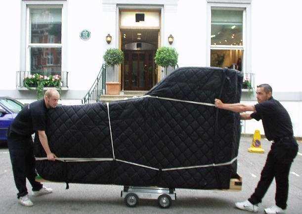 Транспортировку пианино обычно осуществляют несколько человек