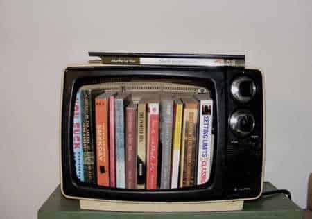 Есть вариант переделать телевизор во что-нибудь полезное: например, в книжную полку