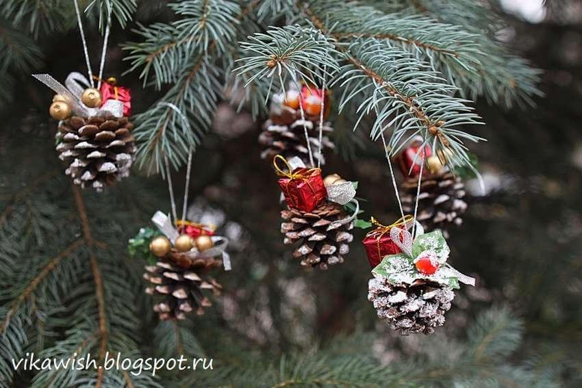 Новогоднее украшение из шишки