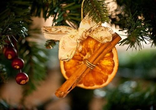 Украшение на елку из цитрусовых и пряностей