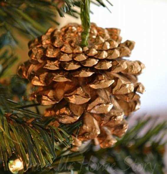 Позолоченная шишка на елке